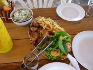 Langoustes grillées, frites, salade et riz au brocolis
